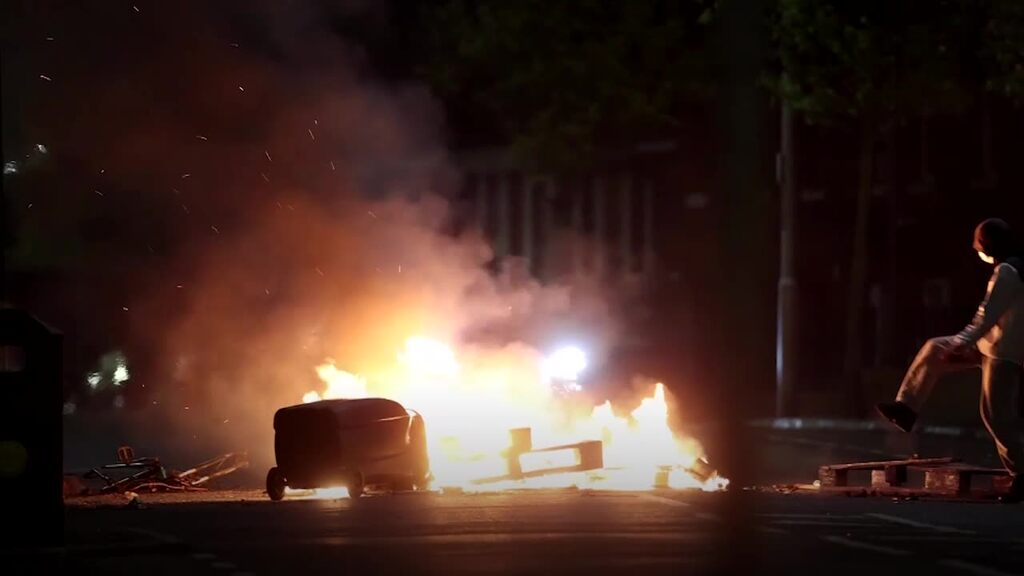 New unrest in Northern Ireland - bus catches fire