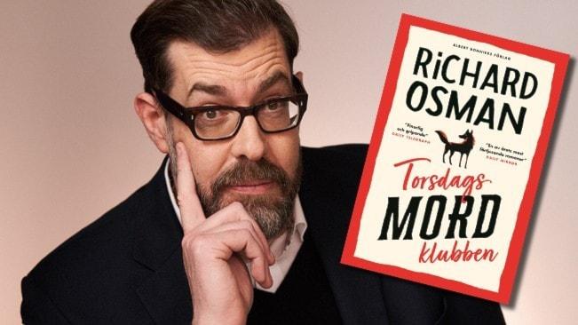 Ett porträtt av författaren Richard Osman och infällt i bilden är ett omslag av hans bok Torsdagsmordsklubben.