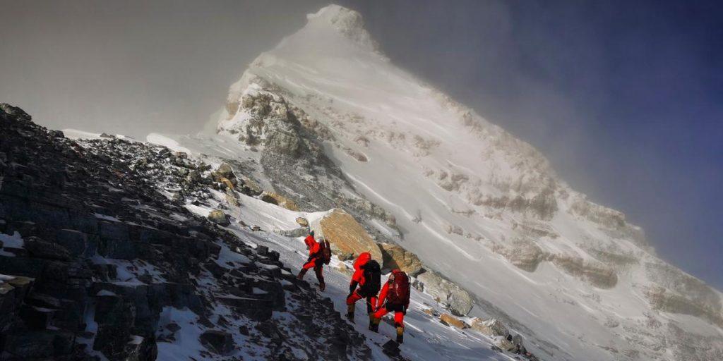 China blocks Mount Everest after a virus warning