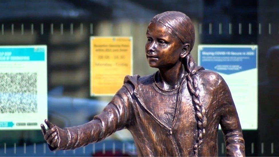Statyn av Greta Thunberg är gjuten i brons och står utanför skolan University of Winchester i England.
