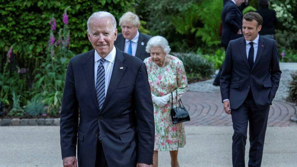 Joe Biden drinks tea with Queen Elizabeth in Windsor