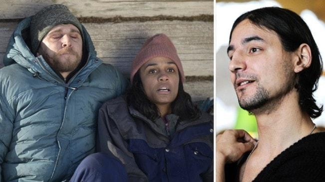 """Stillbild från filmen """"Red dot"""" där två personer, spelade av Anastasios Soulis och Nanna Blondell sitter mot en husvägg. De ser rädda ut. Infälld är ett porträttfoto av regissören  Alain Darborg."""