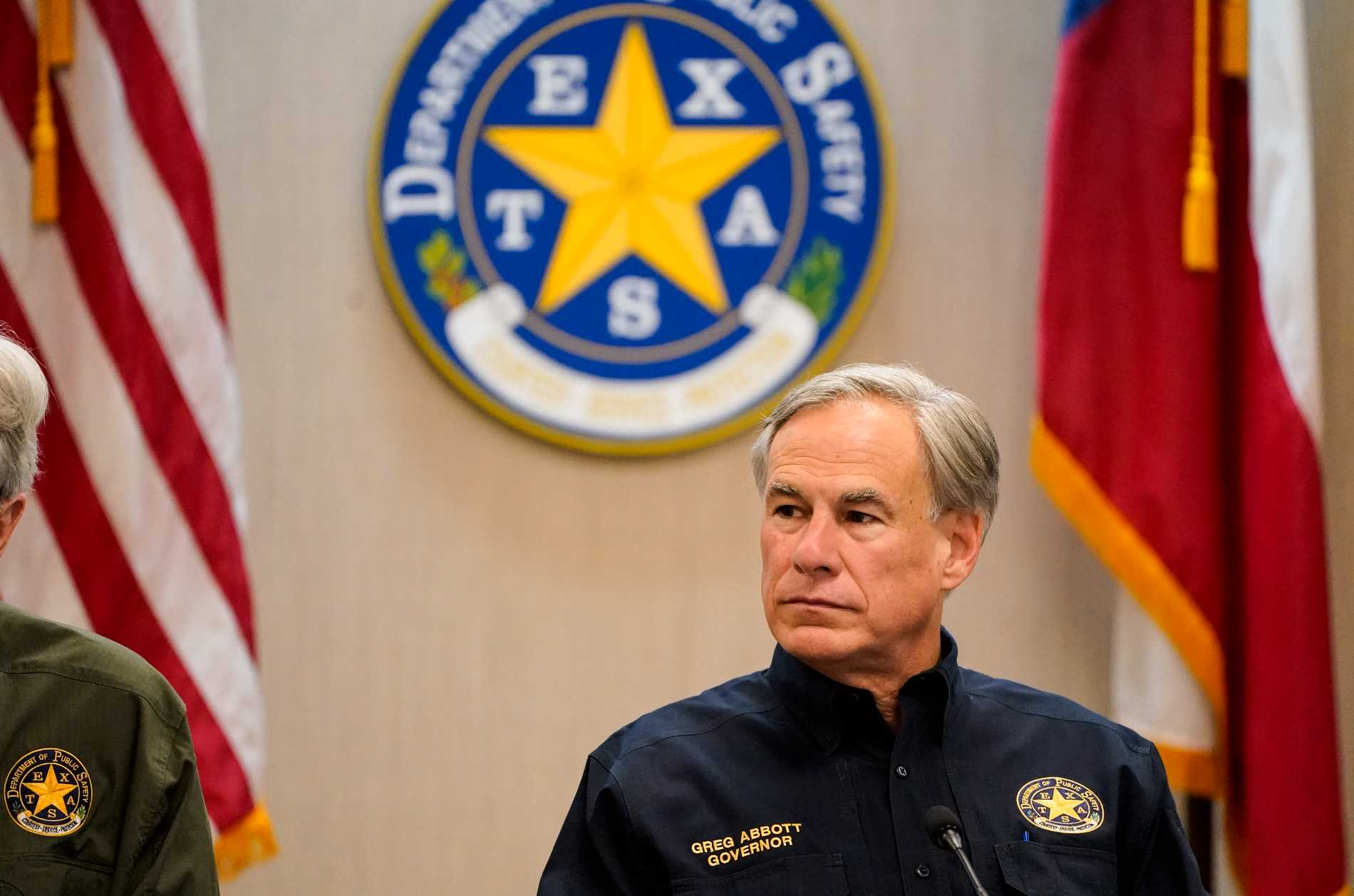 Texas Governor Greg Abbott has imposed restrictions on the transportation of immigrants in the state, angering the Biden government.
