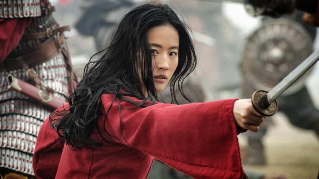 Den kvinnliga krigaren Mulan, klädd i mörkröd dräkt och med utsläppt svart hår.