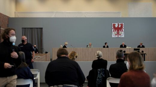 The trial takes place in a gymnasium, due to the great media interest.