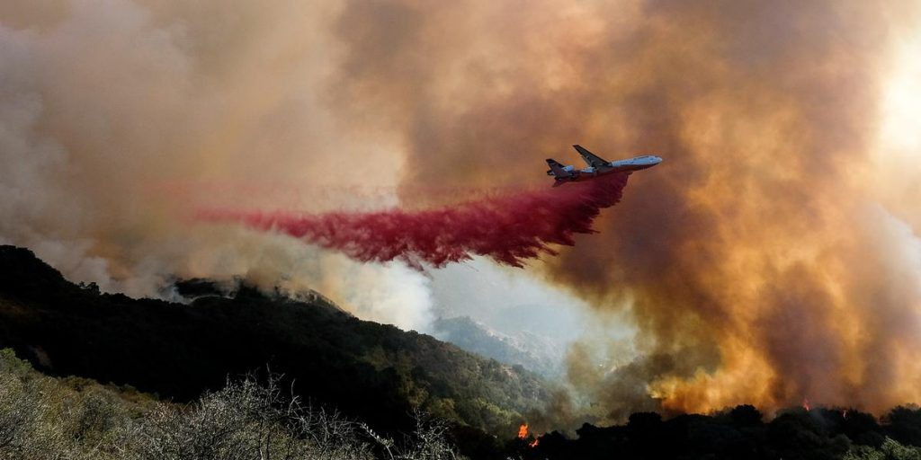 A thousand firefighters fight a fire in California